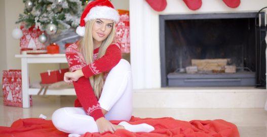 Kvinde i juleleggings og julesweater